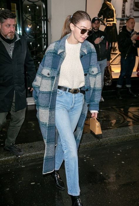 Gigi Hadid Street Style in a Pointy Black Leather Boots Leaving the CHANEL Office Building Paris, Autumn Winter Gigi Hadid Casual, Gigi Hadid Looks, Gigi Hadid Outfits, Gigi Hadid Style, Gigi Hadid Fashion, Gigi Hadid Jeans, Fashion Week Paris, Paris Street Fashion, Fashion 2020