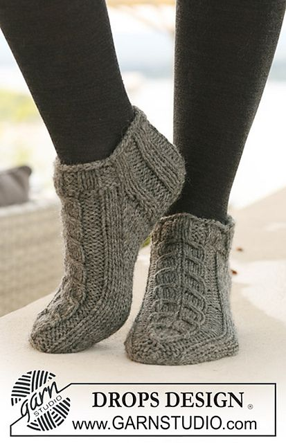 "Free pattern: Short socks with cables in ""Alaska"" pattern by DROPS design"