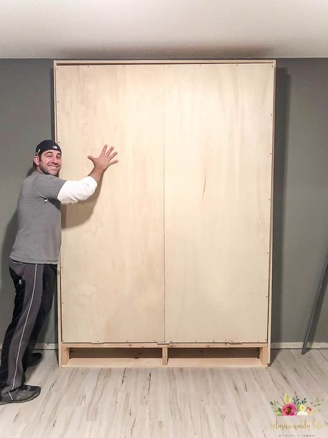 Build your own queen size murphy bed with detailed instructions and plans! It& a great space saver and looks like builtins on your wall! Perfect for a multipurpose room! - diy-home-decor Build A Murphy Bed, Murphy Bed Plans, Murphy Beds, Murphy Bed Office, Build In Bed, Cheap Murphy Bed, Full Size Murphy Bed, Queen Murphy Bed, Murphy Bed Desk