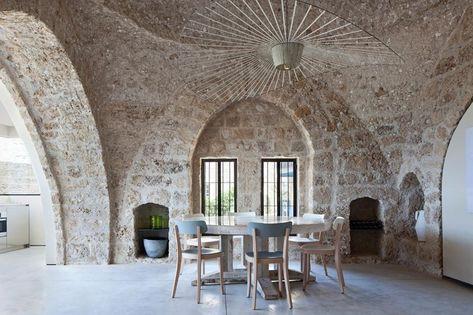 L'intervento di restauro di Pitsou Kedem Architects ha riportato alla luce le pareti in pietra,