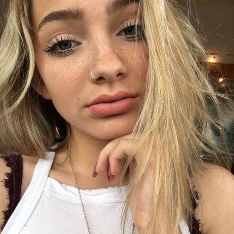 72 Cutest and Gorgeous Small Nose Ring Hoop Nose Piercing You Should Try 😍 , Cute Nose Piercings, Piercing Face, Tattoo Und Piercing, Body Piercings, Small Nose Piercing, Piercing Tragus, Pierced Nose, Bellybutton Piercings, Piercings Bonitos