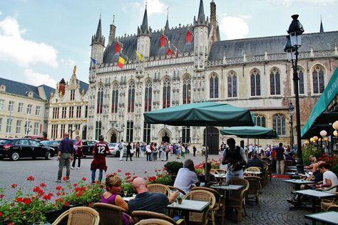 http://guias-viajar.com/ Ayuntamiento en la plaza Burg de Brujas en Flandes Bélgica