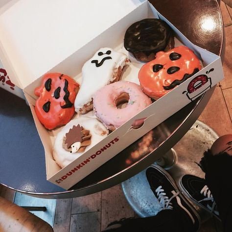 Uploaded by looly. Find images and videos about Halloween, pumpkin and donuts on We Heart It - the app to get lost in what you love. Fete Halloween, Halloween Treats, Happy Halloween, Halloween Donuts, Spooky Halloween, Halloween Date, Halloween Bedroom, Halloween Movies, Halloween Night