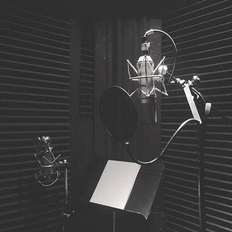 Home Recording Studio Setup, Home Studio Setup, Music Studio Room, Recording Studio Microphone, Home Music Rooms, Recorder Music, Music Aesthetic, Madison Beer, Chant