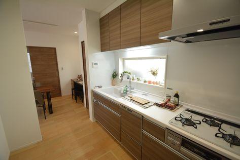 壁付けのキッチンは窓を設置する事で採光と換気が取れ 吊戸棚で収納