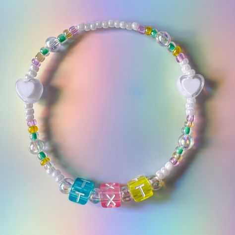 Handmade with lots of love and positive vibes 💟✨🌈☀️ Product features: Strong Stretchy string, will not break easily Japanese glass beads Each group has a unique design based on their colour and theme Super cute and trendy af Size Guide: Choose Size 1 for smaller or children's wrists Choose Size 2 for bigger or adult wrists
