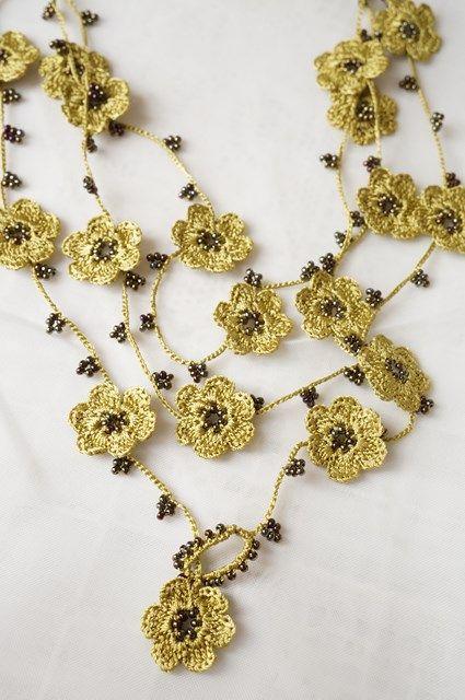 Collar de flores doradas