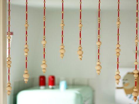 Ispirato alle tende degli anni 70 questo tutorial ci mostra come creare una tenda di perline di legno.