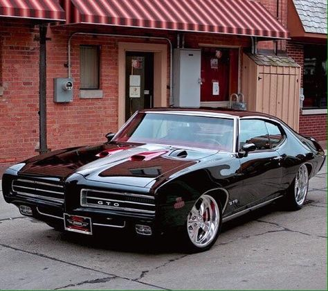 "The very popular Camrao A favorite for car collectors. The Muscle Car History Back in the and the American car manufacturers diversified their automobile lines with high performance vehicles which came to be known as ""Muscle Cars. Pontiac Gto, Chevrolet Camaro, Pontiac Judge, Pontiac Firebird, Corvette, Chevy, Chaussures Roger Vivier, Up Auto, Automobile"