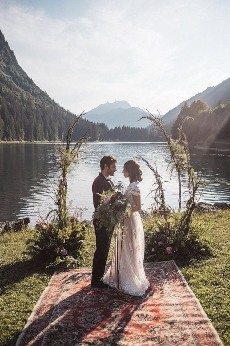 Folk & Boho Style Mountain Wedding Ideas in the French Alps Backdrop Flowers Ceremony Persian Rug Aisle Branches Lake Outdoor French Alps Folk Boho Mountain Wedding Ideas Katja & Simon Photography - Wedding Shoot, Boho Wedding, Wedding Ceremony, Dream Wedding, Wedding Vendors, Ceremony Backdrop, Wedding Flowers, Copper Wedding, Backdrop Wedding