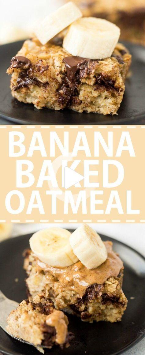 Banana gebacken Haferflocken mit dunklen Schokoladenstückchen und garniert mit Mandelbutter und extra Bananen gefüllt ist. Das gesunde Frühstück Rezept ist leicht zu machen. #gesunderezepte