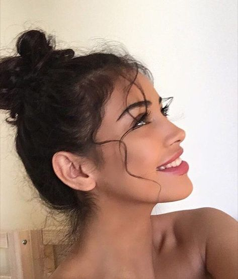 Doing simple buns or ordinary ponies every day as a casual updo is boring. Do you want to spice up your everyday hairstyles? Messy Bun Hairstyles, Pretty Hairstyles, Messy Updo, Female Hairstyles, Hairstyles 2018, Updo Casual, Model Tips, Pretty Nose, Cute Messy Buns
