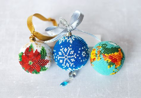 We invite you to a new slash course, in which Natalia Slipchenko will show you how to make a crochet bauble. If you are looking for ideas for handmade Christmas decorations, this beaded bauble will definitely appeal to you. What's more, Natalia explains step by step how to make a crochet ball from which you can conjure up not only a bauble, but also an anti-stress ball, key ring or home decoration.