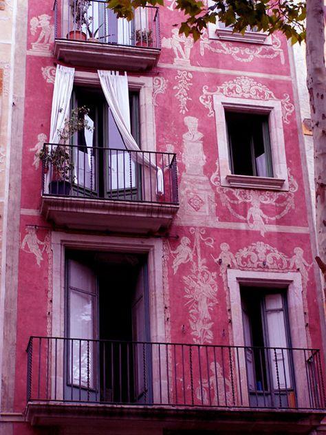 Pink Building in Barcelona  An apartment building facade on Las Ramblas, Barcelona (byk2yhe)