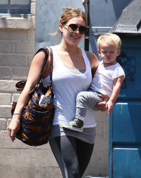 The bag Hilary Duff is carrying is gorgeous but OH how I would LOVE to put a set of the sugarSNAP in there! She would have everything she needs for Baby Luca, but with our system she wouldn't have to rummage around in that huge bag, she'd find everything in a SNAP!