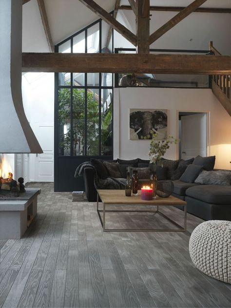 Salon chic avec des poutres en bois et du parquet massif
