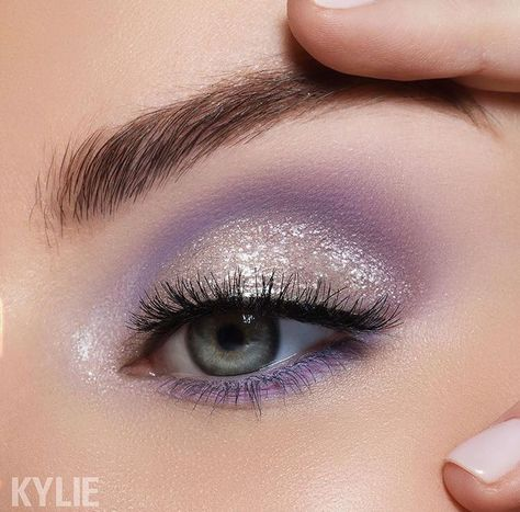 Lilac Eye - Kylie Calm Before The Storm Palette 21 Stunning Makeup Looks for Green Eyes. Dramatic Eye Makeup, Purple Eye Makeup, Eye Makeup Art, Makeup For Green Eyes, Skull Makeup, Natural Eye Makeup, Glam Makeup, Makeup Inspo, Eyeshadow Makeup