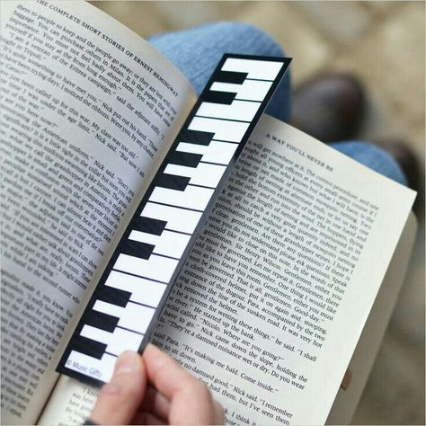 Piano keyboard bookmark-now this is great! Creative Bookmarks, Cute Bookmarks, Paper Bookmarks, Watercolor Bookmarks, Corner Bookmarks, Bookmark Crochet, Bookmark Craft, Origami Bookmark, Marque Page