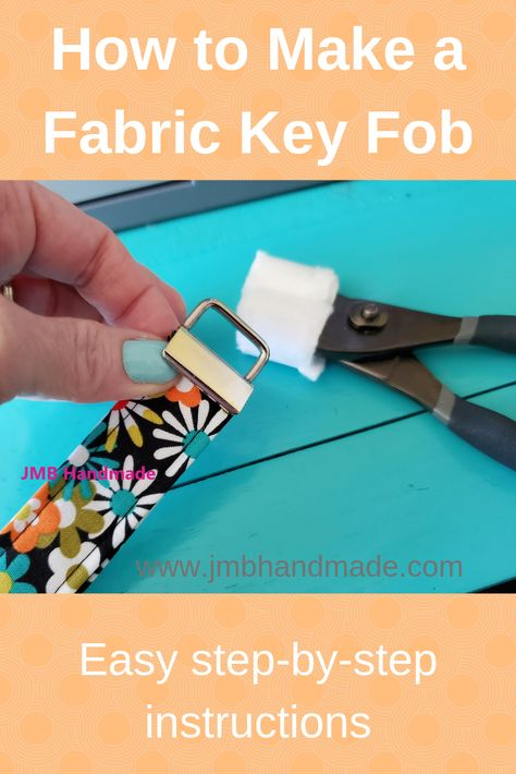 Easy to sew key fob tutorial. Never lose your keys again with this diy key fob tutorial. A great project to use up all those fabric scraps. Diy Sewing Projects, Sewing Projects For Beginners, Sewing Hacks, Sewing Tutorials, Sewing Crafts, Sewing Tips, Tape Crafts, Sewing Ideas, Key Fobs