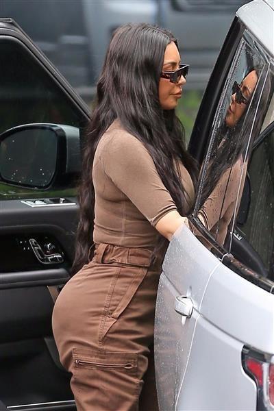 بالصور كورتني كارداشيان وشقيقتها كيم وأبنتها نورث اثناء تجولهم في كالاباساس الجمال نت Kim And Kourtney Kourtney Kardashian Kardashian Outfit