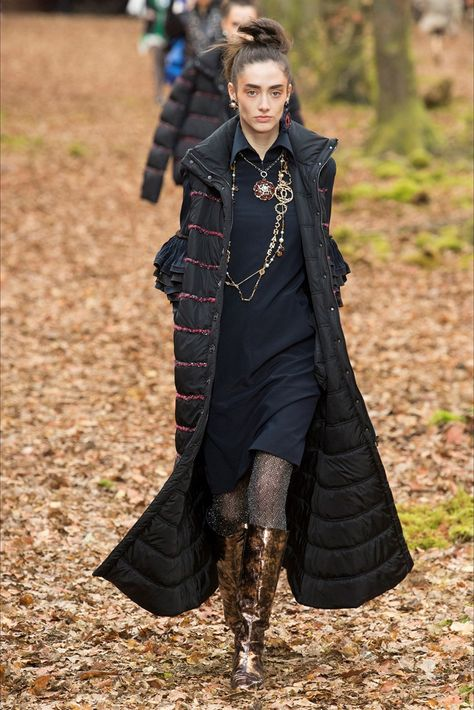 The complete Chanel Fall 2018 Ready-to-Wear fashion show now on Vogue Runway.
