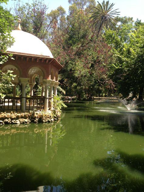 Elige nuestro Picnic Sweet para una ocasión muy especial y disfrútalo en uno de los rincones mas románticos del Parque de María Luisa