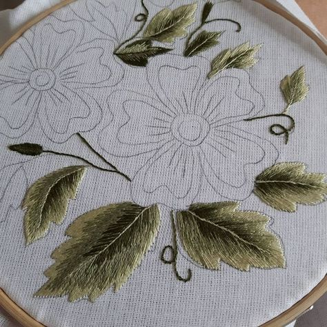 #handembroidered #embroidery #embroideryart #needlepainting #ombre #highfashion #craftsmanship #artistic #leafs #elegance #smartly
