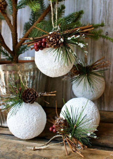 Avec de la peinture acrylique imitant la neige, vous pourrez peindre les boules, et piquer des agencements de cocottes de pins, de bâtons de cannelle, de feuillages artificielles ou non, et de jolis rubans ou de corde brute.
