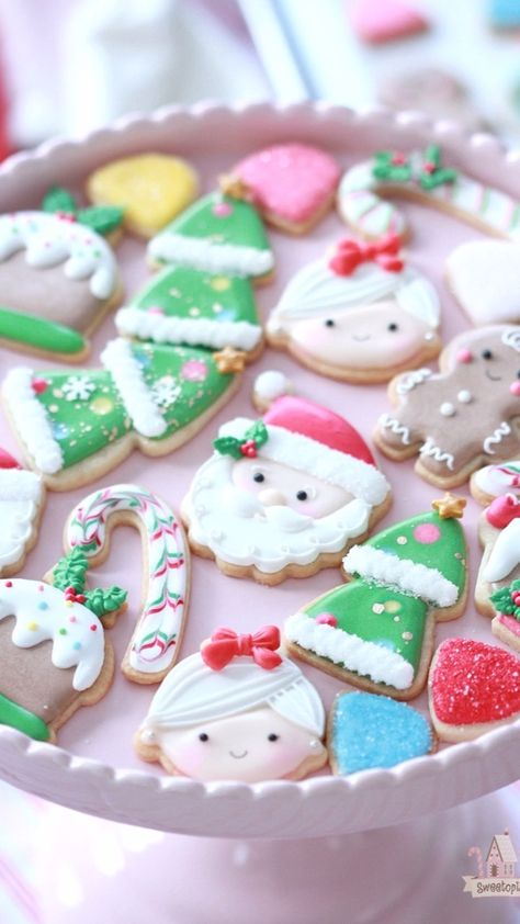 How to decorate simple mini Christmas cookies with royal icing.  #cookiedecorating #christmascookies #minicookies #cookies #royalicing #decoratedcookies #howto #video #royalicingcookies #cookievideo #decoratingcookies