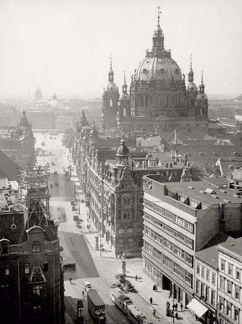 Ca. 1935, vorne rechts das moderne Dierig-Haus an der Ecke Spandauer Straße.