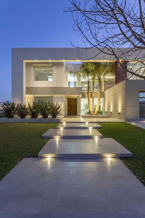 Casa moderna del estudio de arquitectura Arquitecto Daniel Tarrío y Asociados. Fachada, frente.