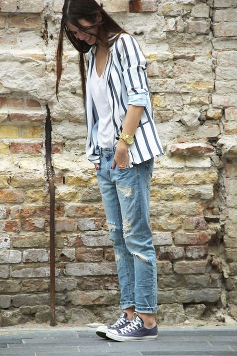 Acheter la tenue sur Lookastic:  https://lookastic.fr/mode-femme/tenues/blazer-blanc-et-bleu-marine-t-shirt-a-col-en-v-blanc-jean-boyfriend-bleu-clair-baskets-basses/3642  — T-shirt à col en v blanc  — Blazer à rayures verticales blanc et bleu marine  — Jean boyfriend déchiré bleu clair  — Baskets basses grises foncées