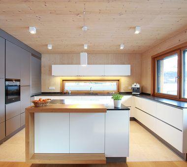 Kuche Im Holzhaus In Weiss Und Basaltgrau Kombiniert Moderne Kuche Moderne Weisse Kuchen Haus Kuchen