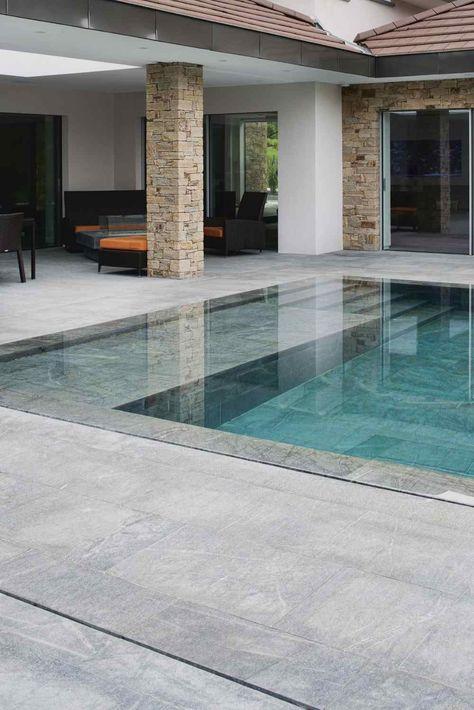 Une piscine contemporaine en dallage et margelle albiana réalisé par Capri.