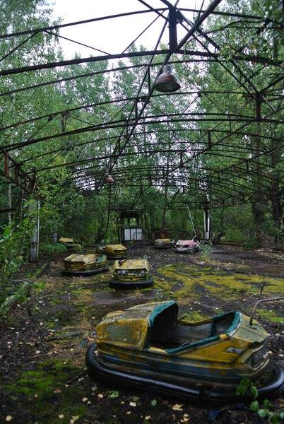 Abandoned Theme Parks, Abandoned Amusement Parks, Abandoned Buildings, Abandoned Places, Apocalypse Aesthetic, Post Apocalyptic Art, Fantasy Landscape, Ghost Towns, Architecture