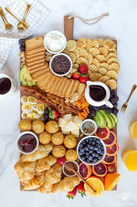 Perfect for Brunch! How to Create a Breakfast Board for Morning Gatherings and brunch with fruits, croissants, muffins, jams, and crackers. Eid Breakfast, Breakfast Platter, Charcuterie Recipes, Charcuterie Board, Party Food Platters, Sicilian Recipes, Sicilian Food, Brunch Recipes, Brunch Ideas
