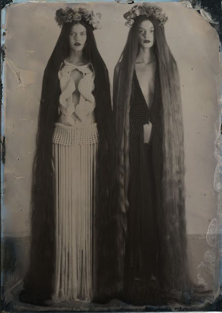 Top Gothic Fashion Tips To Keep You In Style. As trends change, and you age, be willing to alter your style so that you can always look your best. Consistently using good gothic fashion sense can help Vintage Hairstyles For Long Hair, Cool Hairstyles, Baddie Hairstyles, Pelo Vintage, Witch Aesthetic, Aesthetic Black, Super Long Hair, Best Beauty Tips, Beautiful Long Hair