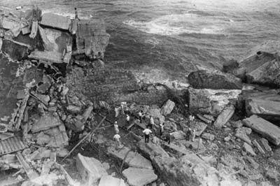 台風が去り復旧作業がはじまる。護岸が一度崩壊すると積み石が波に乗り、周囲の建物を破壊したという。
