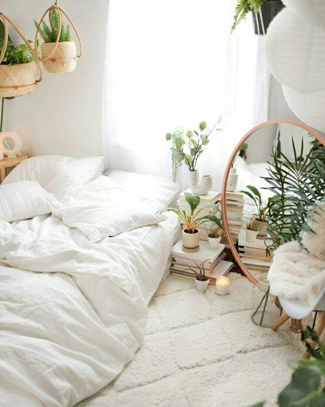 Quarto com decoração boho-chic com plantas @urbanoutfitters #quarto #quartodedormir #decor #decoração #decoracao #homedecor #detalhe #plantas #plantasnointerior