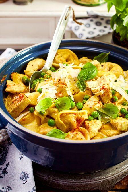 Eintopf-Fans aufgepasst: Hier garen #Tortelloni und #Hähnchen in cremiger #Currysoße. Das Ergebnis ist ein traumhaftes 20-Minuten-Familien-Essen, das allen schmeckt.  #familienessen #pasta #herzhaft #schnell #einfach #lecker #eintopfidee