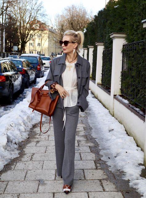 Wie kombiniere ich eine Chiffon Bluse mit einem Woll Anzug?
