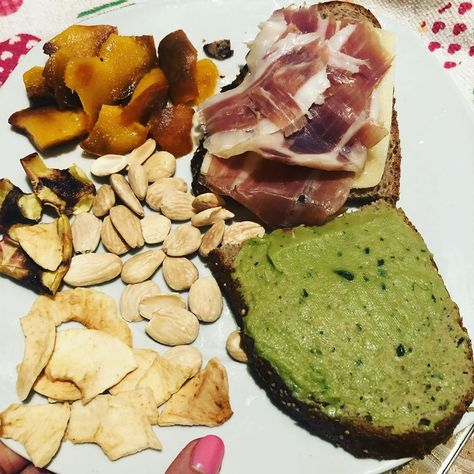 A desayunar!!! #pandecereales de @therustikbakery con #guacamole  #quesosinlactosa #jamon #manzanadeshidratada #melocoton #almendras #cafeconlechesinlactosa #yummy  #delicius  #felizjueves  #healthyfood #foodie #healthy #food #foodporn #healthyeating #instafood #fitness #keto #instagood #love #fitnessmotivation #foodphotography #foodstagram #eatclean #beratbadan #healthylifestyle #health #breakfast #fit #mealprep #healthyrecipes #workout #dietsehat #cleaneating #homemade #weightloss #yummy #vega