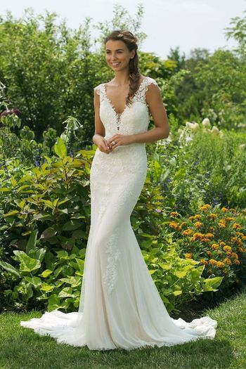 Rückenfrei brautkleid flare fit and Fit and
