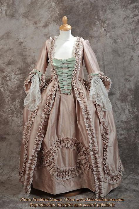 Robe à la française -satin de soie rose