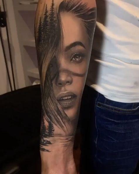 Tatuagem de tigre em preto e cinza