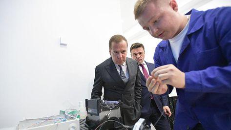 Медведев протестировал позволяющий видеть скелет человека VR-шлем