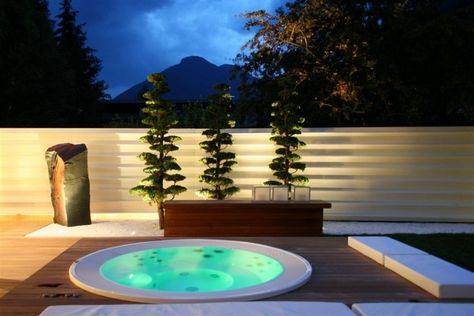 Whirlpool im Garten einbau-wpc-dielen-grundlage-gitter-sichtschutz