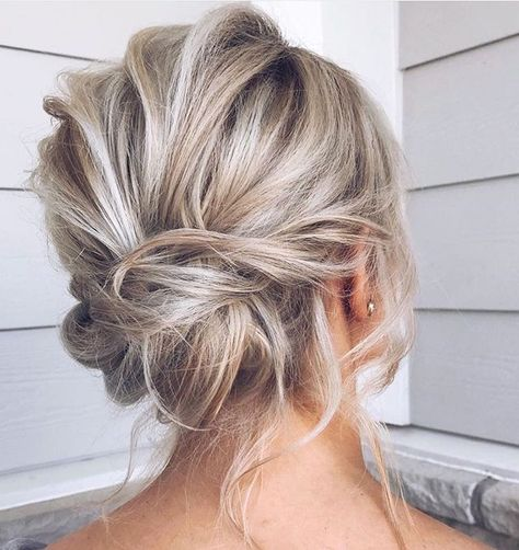 If you're looking for the perfect hairstyle for your next formal occasion (for instance, if a friend is getting married), look no further than these chignon Undercut Hairstyles, Bride Hairstyles, Pretty Hairstyles, Perfect Hairstyle, Hairdos, Medium Hair Styles, Short Hair Styles, French Twist Hair, Wedding Hair Inspiration