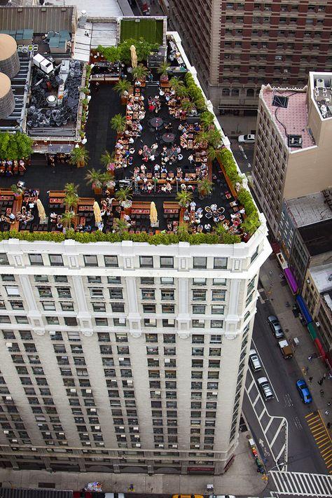 """Viele Dächer in New York City werden bis zu einem gewissen Grad kollektiv genutzt; Restaurants und Bars, Pools und Spielplätze finden sich dort ebenso wie begrünte Ebenen für die Beschäftigten und Mieter. """"230 5th Ave, Chelsea, Manhattan""""     © Alex MacLean/Schirmer/Mosel Verlag"""