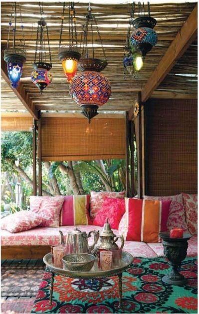 Inspiration aus Marokko: Ein Balkon wie im Orient >> Colorful pillows and rugs, moroccan table, tea set and lanterns